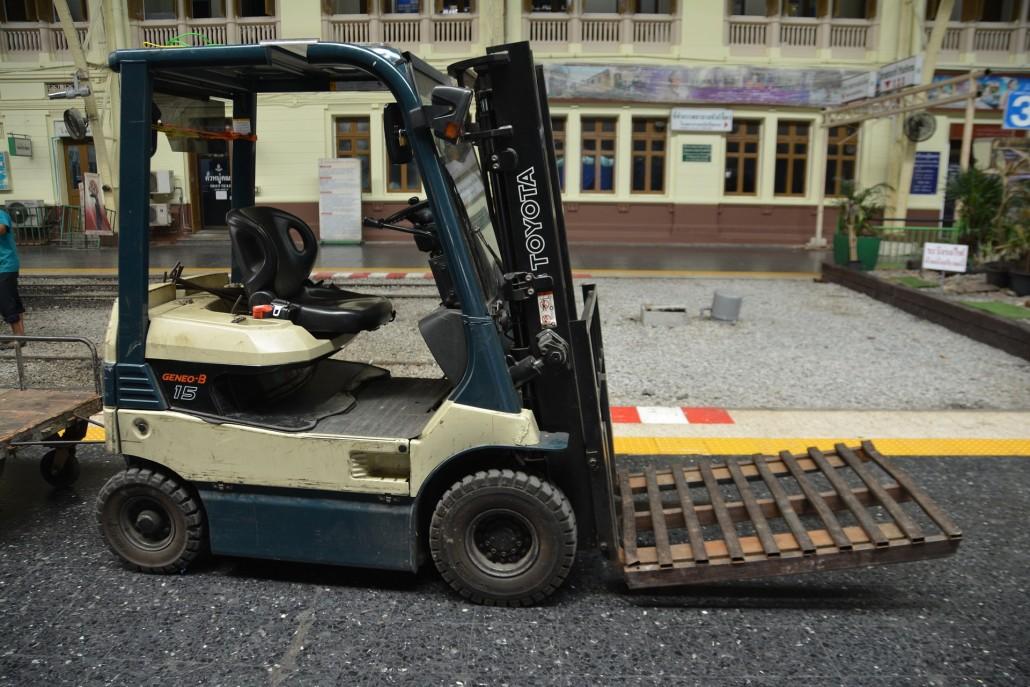 fork-lift-truck-1430377_1920